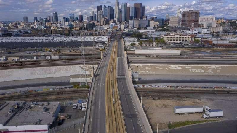 就像災難電影中的一幕,洛杉磯封城後,道路幾乎空空蕩蕩。
