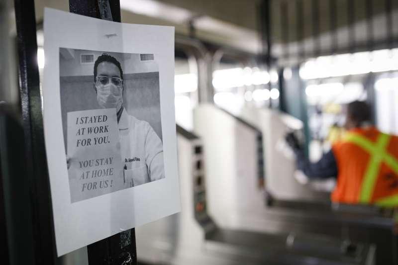 美國紐約的武漢肺炎疫情延燒,地鐵站的一張傳單呼籲民眾待在家中(美聯社)