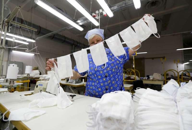 全球受新冠肺炎(武漢肺炎)肆虐,白俄羅斯口罩工廠趕工製作。(AP)
