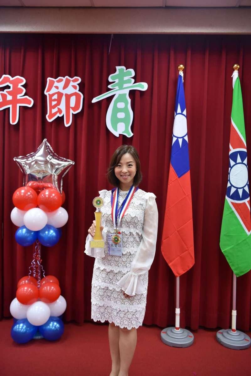 從小立志當志工的朱愛琪是今年青年獎章得主中唯一的女性,專職手語翻譯,是天使協會創會理事長。(救國團提供)