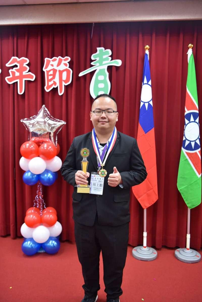 周大觀基金會國際交流中心執行長周上觀,推動「讓台灣的愛感動世界」系列活動,獲得國際類青年獎章。(救國團提供)