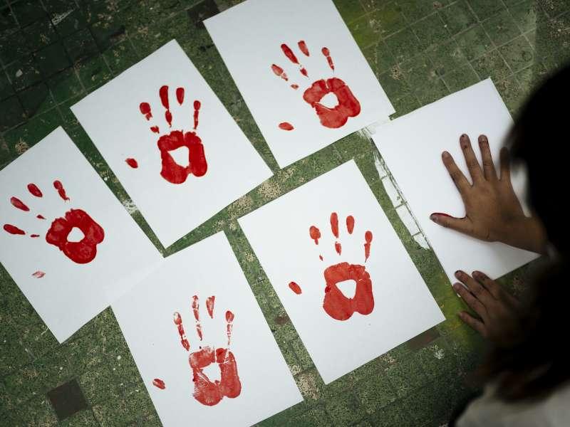 武漢肺炎疫情下各國紛紛祭出「禁足令」,卻讓家庭暴力問題變本加厲(AP)