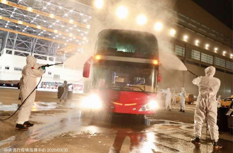 20200330-湖北返台「準包機」於29日晚間抵台,返台國人搭乘遊覽車至集中檢疫所進行14天隔離。(中央流行疫情指揮中心提供)