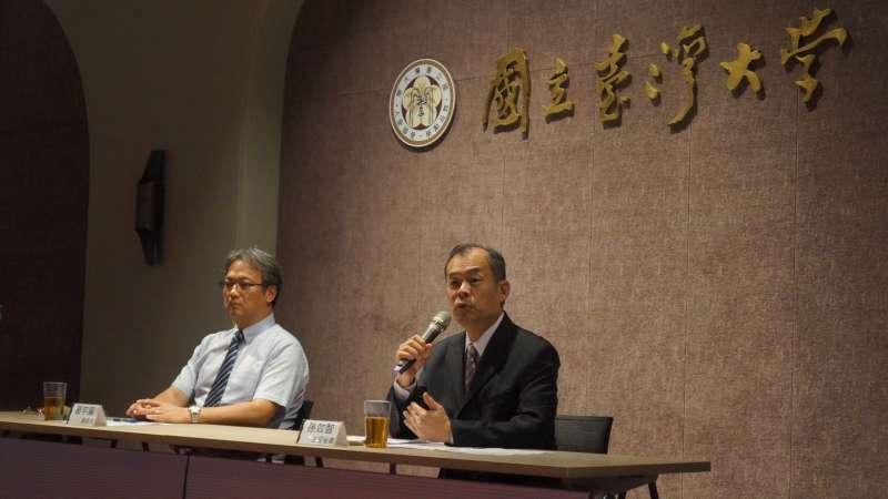針對防疫是否對上疾管署,台大今天出面舉行記者會。(左起)總務長葛宇甯、主秘孫效智。(台大提供)