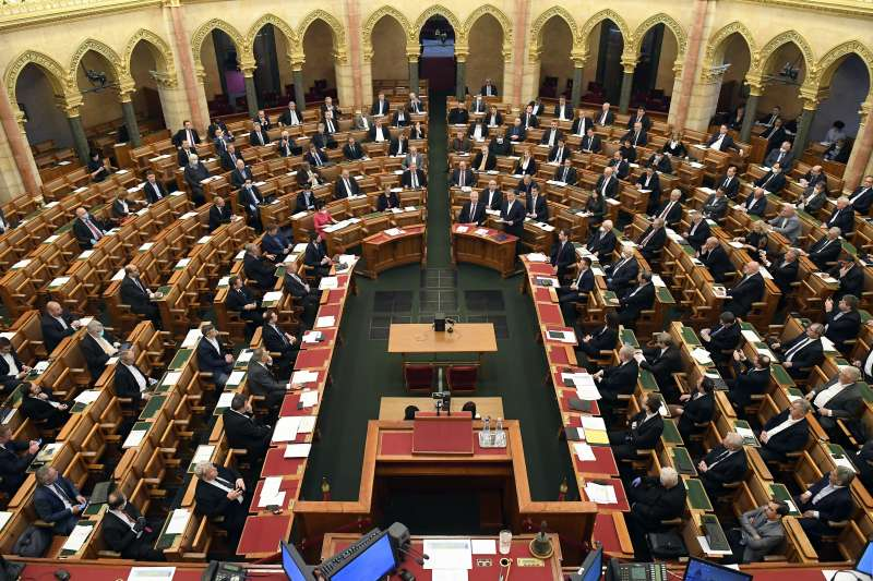 匈牙利教堂開放信眾參加線上彌撒。(AP)