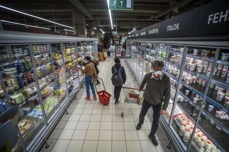匈牙利超市內的民眾都戴上口罩防疫。(AP)