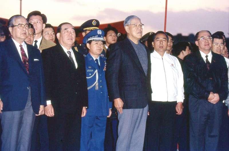 90年代郝柏村(左二)任行政院長時期參加元旦總統府前升旗典禮、右三為當時的總統李登輝。(新新聞資料照)
