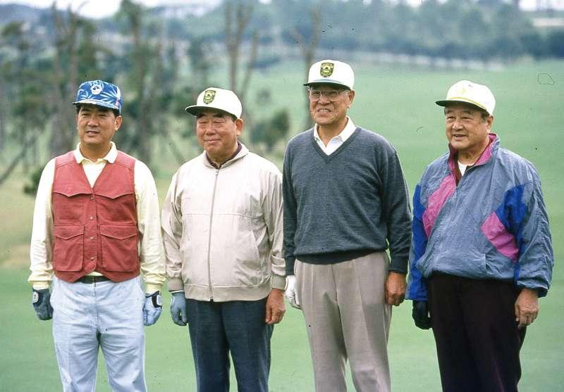 90年代郝柏村(左二)任行政院長時期與當時的總統李登輝(右二),國民黨祕書長宋楚瑜(左一),總統府秘書長蔣彥士(右一)至林口打高爾夫球。(新新聞資料照)