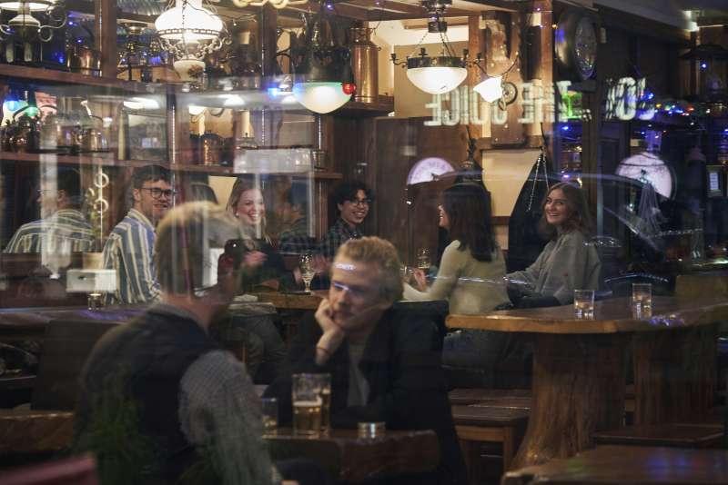 新冠肺炎疫情侵襲歐洲,但瑞典的露天咖啡店仍照常營業(AP)