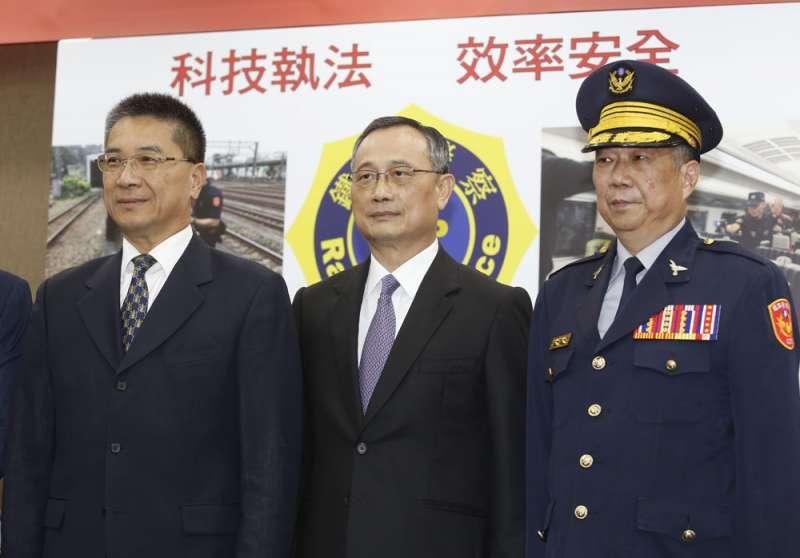 徐國勇(左)本與陳家欽(中)相安無事,但所屬的海派人馬對於警政署長位置有其他想法。(郭晉瑋攝)