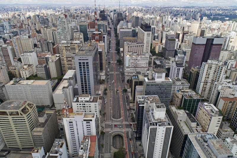 聯邦政府防疫無作為,聖保羅等州當局宣布進入緊急狀態。圖為聖保羅市中心,近乎空城。(美聯社)