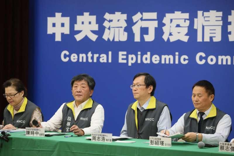 在陳時中(左二)領軍的中央防疫團隊強大氣場下,「國」「民」兩黨完全喪失話語權。(柯承惠攝)
