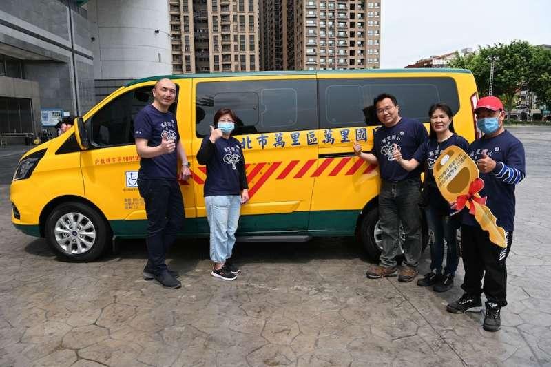 萬里國小校長莊朝欽(左1)感謝教育部及教育局對身心障礙學生接送上下學交通問題的關心。(圖/新北市教育局提供)