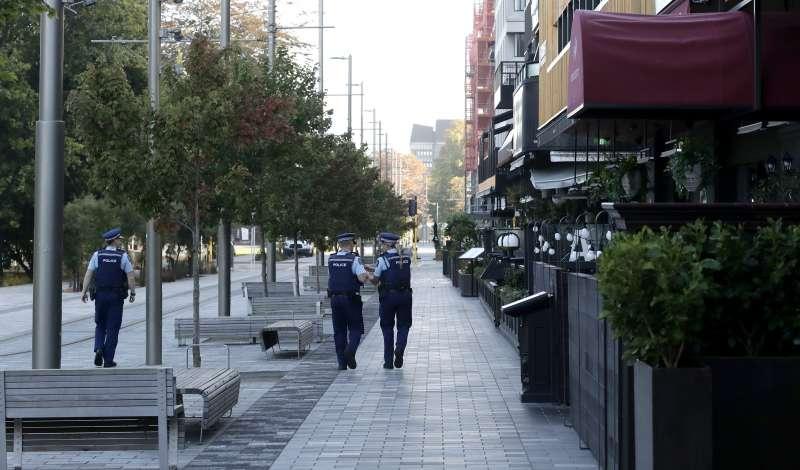 武漢肺炎:紐西蘭實施禁足令防疫,員警巡邏空蕩蕩的街道(AP)