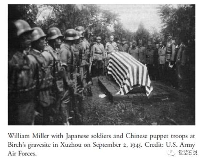 1945年9月2日,郝鵬舉為遭中共殺害的OSS幹員伯奇舉辦喪禮,可以見到他手下和平建國軍第8方面軍的將士頭上佩戴德製M35鋼盔。(圖片由作者提供)