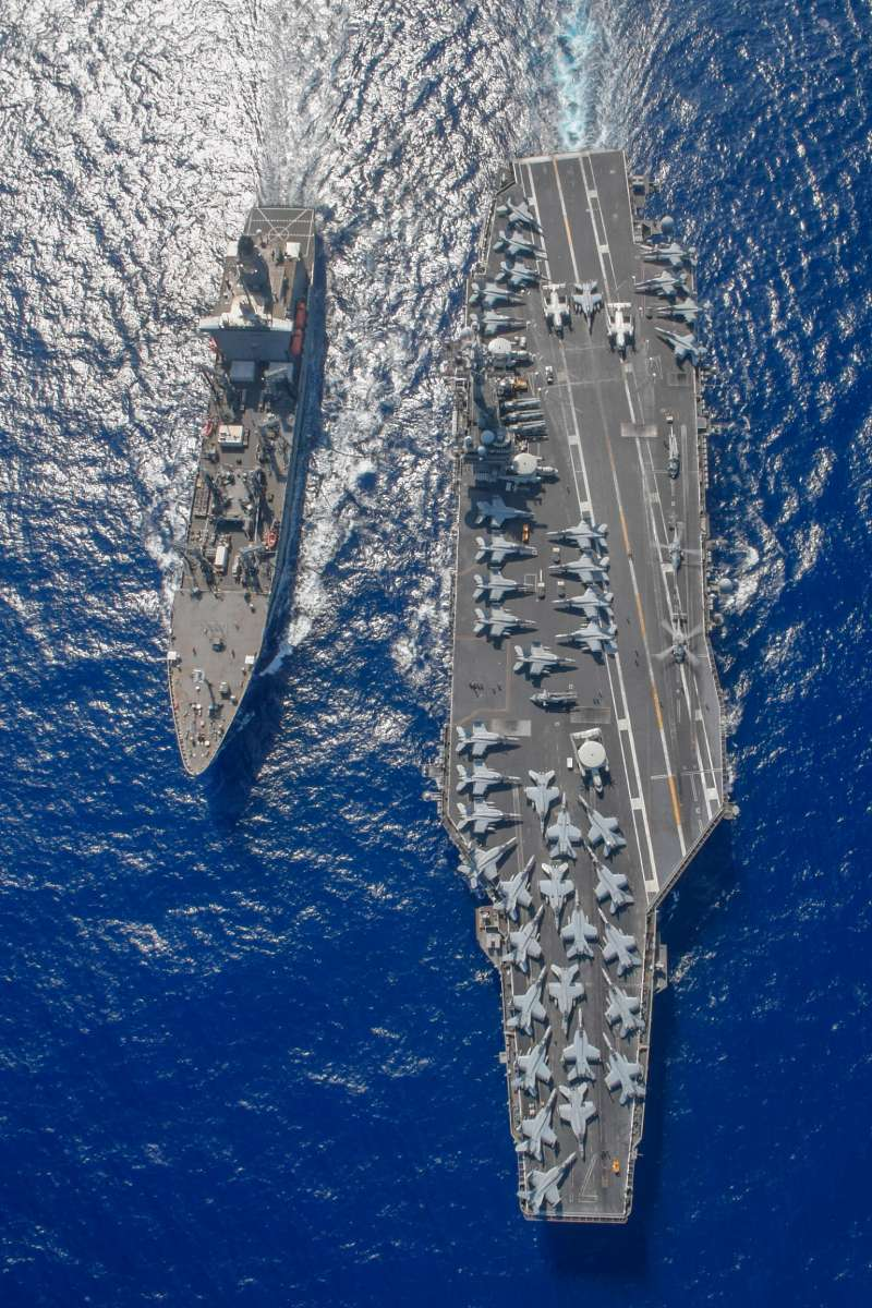 在南海與補給艦「蒂珀卡努號」(USNS Tippecanoe,T-AO-199)共同巡弋的「羅斯福號」航母。(美聯社)