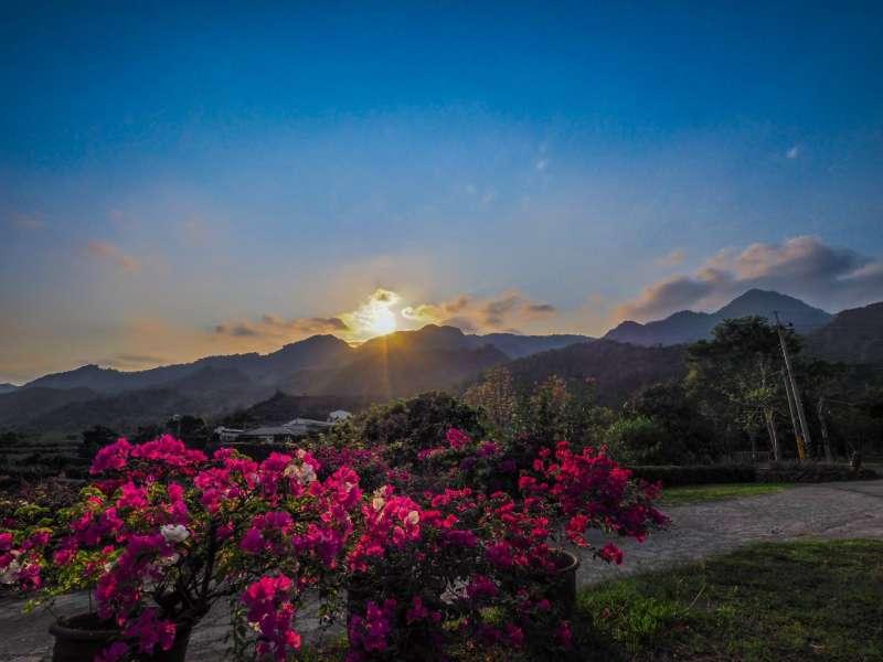 位處偏遠的西阿里關山,以黑糖產業著稱,無論夜晚賞景還是清晨追破曉都很美。(圖/翻攝自,陳宜珺@Facebook)