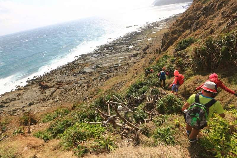 到訪出風鼻草原,可看奇形怪狀的岩石、賞海景。(圖/翻攝自,林維煌@Facebook)