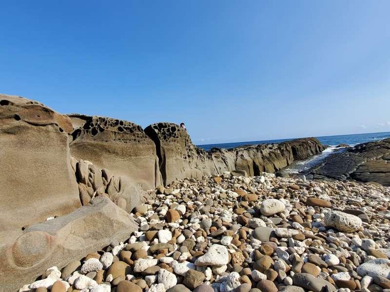 溪仔口地景豐富,有圓礫石砂灘、豆腐岩、蜂窩岩,民眾需預約才能前往。(圖/翻攝自,道教 玉皇玉聖宮 天公廟@Facebook)