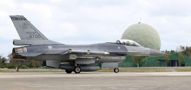 20200401-過去面對共軍機艦,整體防衛壓力多集中在西部,近年頻頻對我實施繞島演訓後,東部亦有提升空防的必要,雖然7聯隊是以F-5E/F型機為主,但這兩年空軍也利用不同機會在志航基地進行主力戰機(圖,F-16)起降、整補,突顯基地重要性。(蘇仲泓攝)