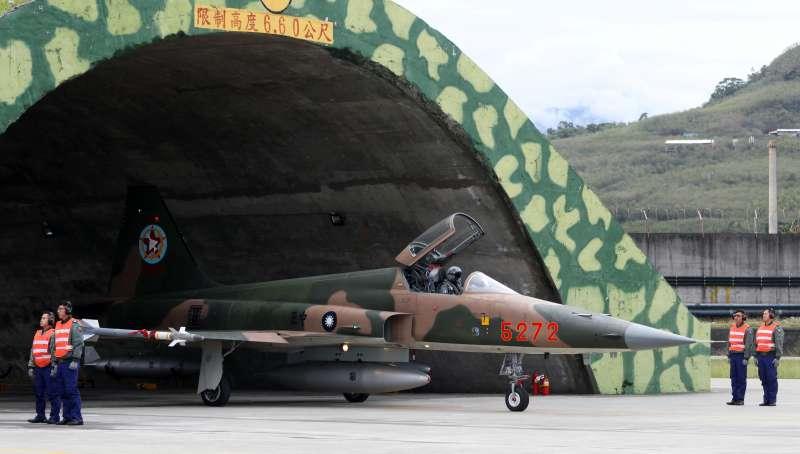 20200401-七聯隊數十年來都以飛行訓練工作為主,轄下的七大隊又有44、45、46三個作戰中隊負責執行,其中46隊過去是遠近馳名的「假想敵中隊」,專研中共空軍戰術戰法,即便現在相關任務已經解除,但部分F-5仍保有「匪地優」塗裝,很是特別。(蘇仲泓攝)