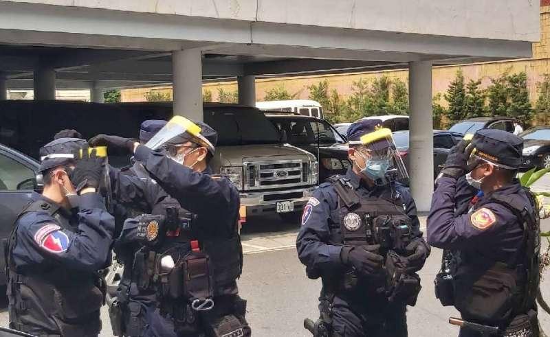 慈濟高雄分會致贈1000枚志工自製的簡易防疫面罩,提供第一線員警使用,員警如獲至寶,紛紛馬上戴起執勤。(圖/徐炳文攝)