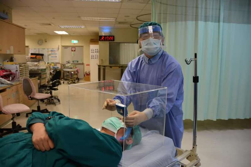 賴賢勇的臉書頁面,可見各國醫師展示他們自製成功的「防疫箱」,並表示感謝(圖片來源:賴賢勇臉書)(圖片來源:賴賢勇臉書)