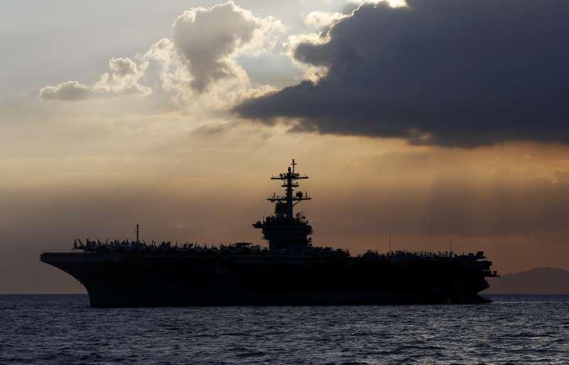 美國航空母艦「羅斯福號」爆發新冠疫情,百人確診,然而先前向軍方高層寄出求救信的艦長克勞齊,卻因此遭海軍代理部長開除。(AP)