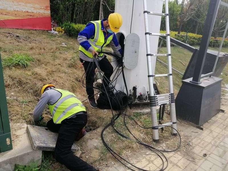 中國施工人員在5G基站施工現場佈置線路。(新華社)