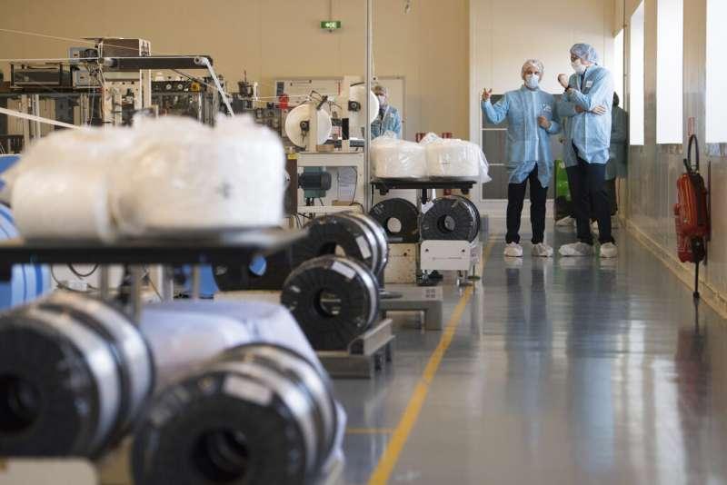 法國總統馬克宏視察國內口罩工廠。(AP)