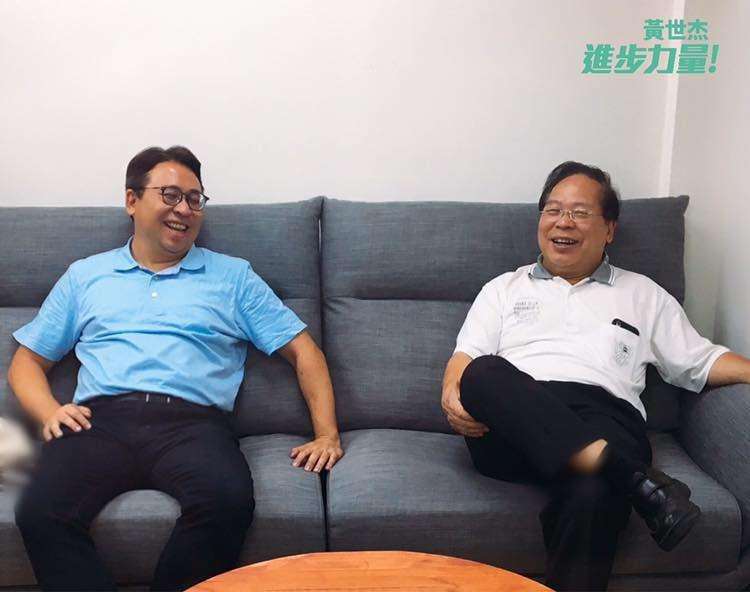 20200403-民進黨立委黃世杰(左)與父親前議員、桃園農田水利會總幹事黃金德(右)合影。(取自黃世杰臉書)