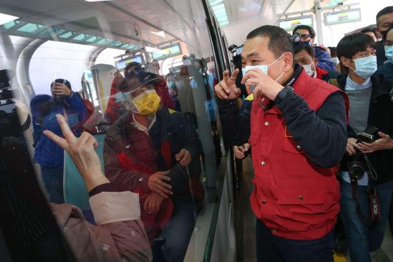 20200404-新北市長侯友宜4日視察淡海輕軌防疫工作,並親自向民眾宣導搭乘大眾運輸工具須佩戴口罩。(顏麟宇攝)