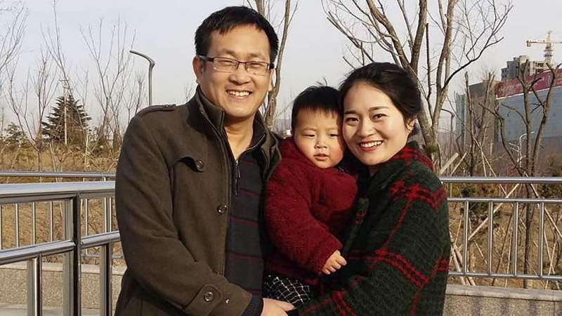 中國維權律師王全璋與兒子、妻子李文足(AP)