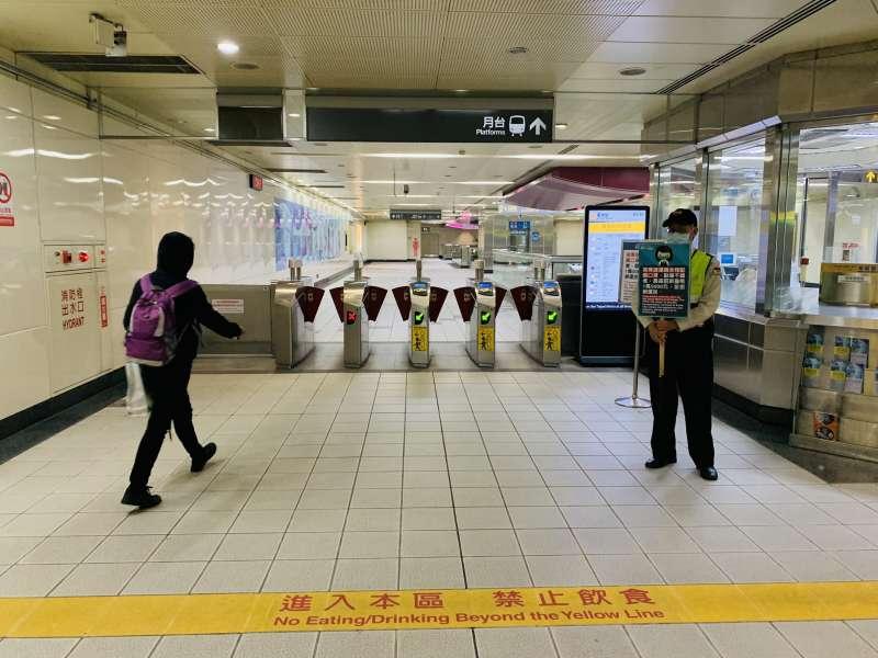 台北捷運正努力宣導進站旅客須全程配戴口罩。(台北市政府提供)