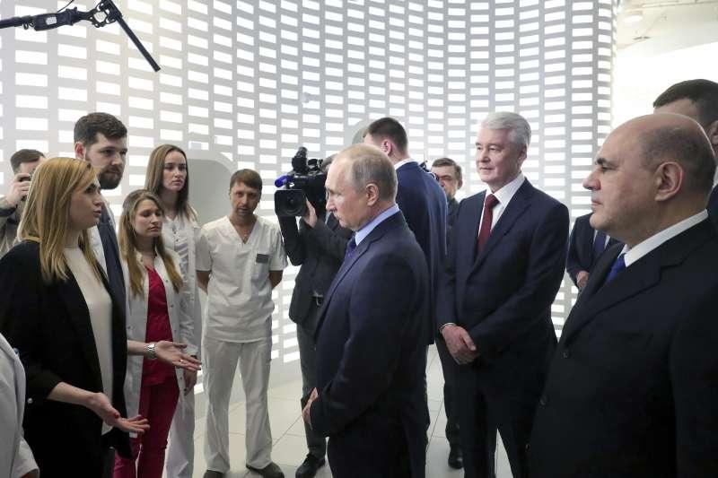 武漢肺炎:俄羅斯加大監控媒體,限縮新聞自由。圖為俄羅斯總統普京巡視緊急應變中心(AP)