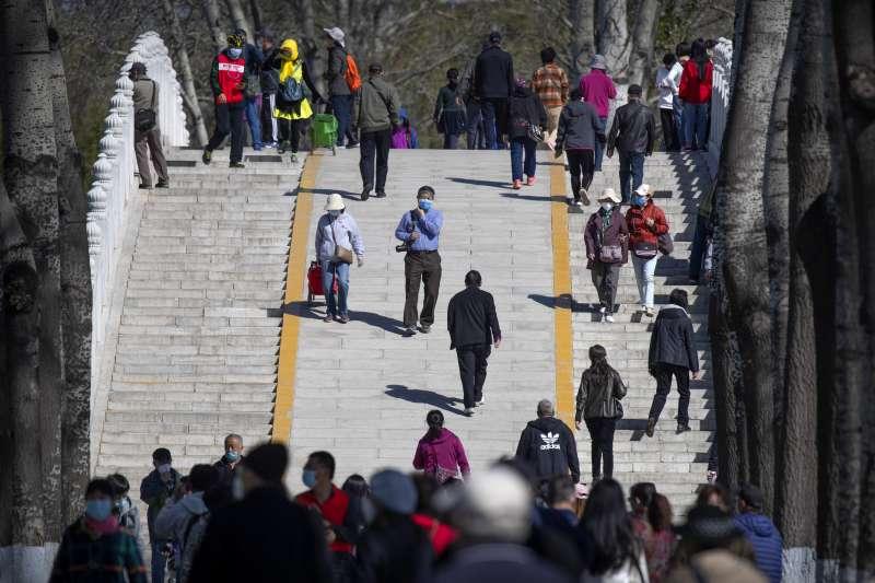 新冠肺炎:中國近日疫情趨緩,北京玉淵潭公園也出現許多遊客(AP)