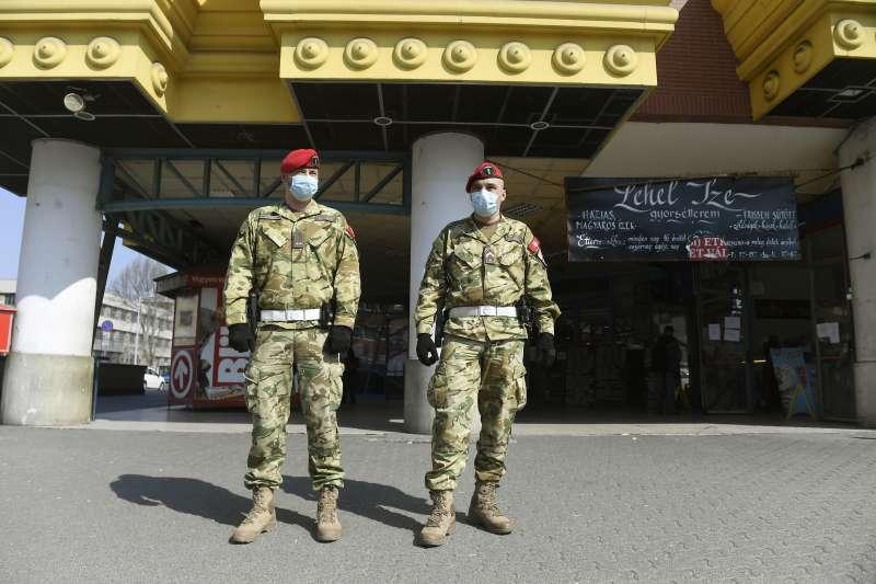 2020年3月11日,匈牙利為對抗新冠肺炎疫情,全國進入緊急狀態,軍警巡行街頭(AP)