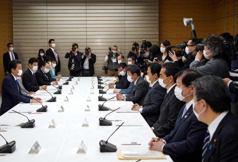 日本首相安倍晉三正在召開新冠病毒對策本部會議。(美聯社)