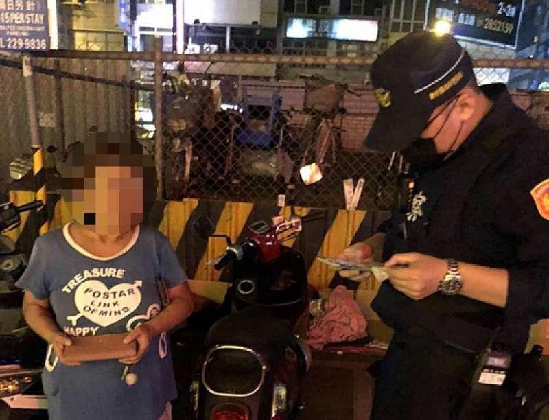 一名婦人在高雄火車站附近忘記停車位置,誤以為遭竊報警,警方細心耐心幫她尋回愛車。(圖/徐炳文攝)
