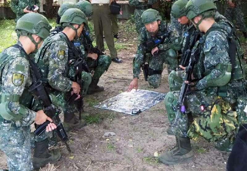 20200406-憲兵基訓部隊運用堅實營區實施城鎮戰演練情況。(取自憲兵指揮部臉書)
