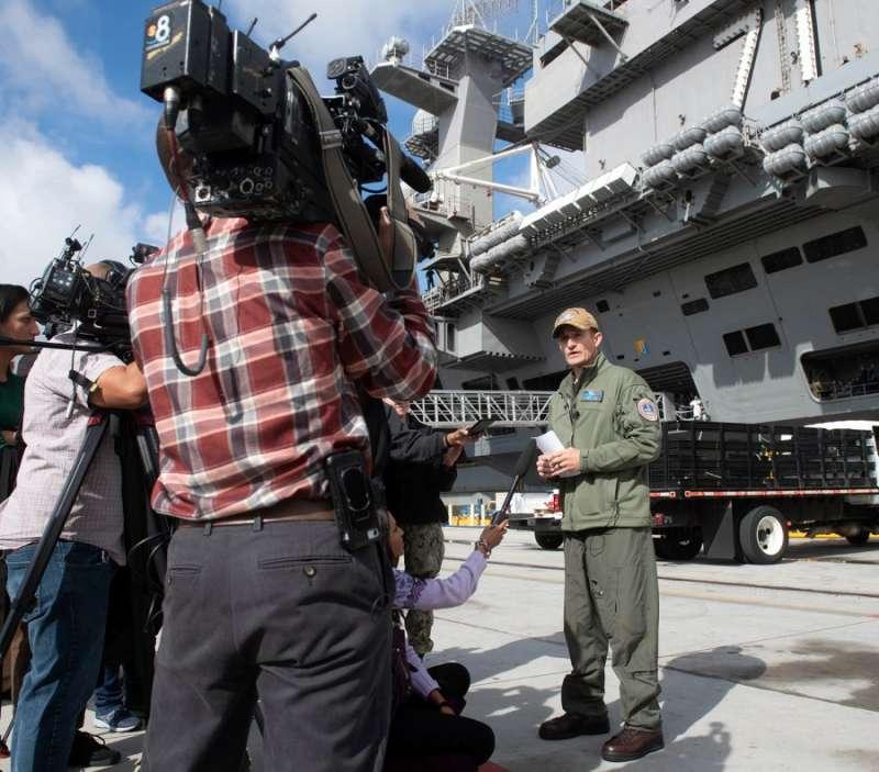 克勞齊艦長今年1月在羅斯福號甲板接受媒體訪問。(美國海軍)