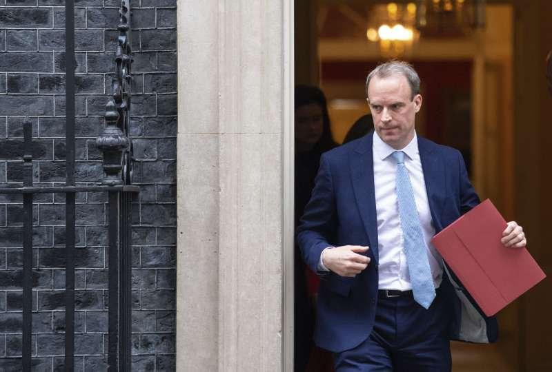 英國外相拉布(Dominic Raab)暫時代理重病住院的首相強森(AP)
