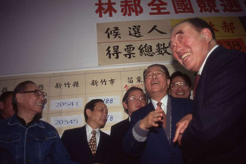 郝柏村(右一)擔任林洋港(右二)副手,參戰1996年總統大選。(新新聞資料照)