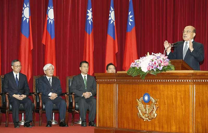 在陳家欽(左一)案上,蘇貞昌(右一)讓徐國勇(左三)清楚知道自己是「哪個內閣」的閣員。(郭晉瑋攝)