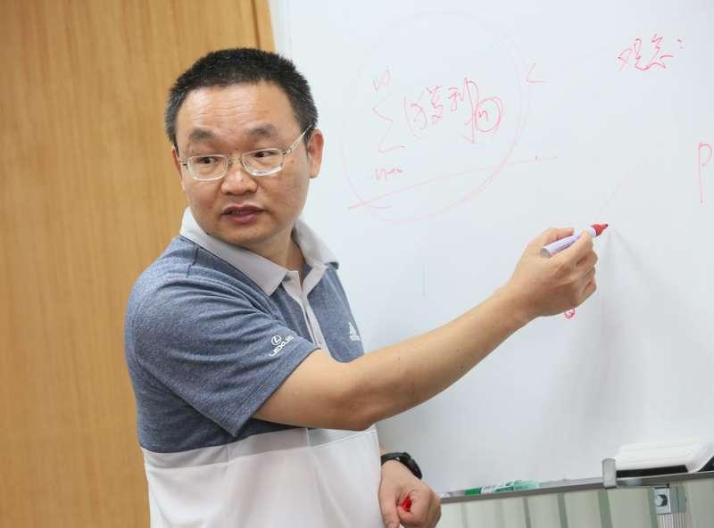 廖國峰讓同仁為發掘好的投資標的,展開激烈的脣槍舌戰。(柯承惠攝)