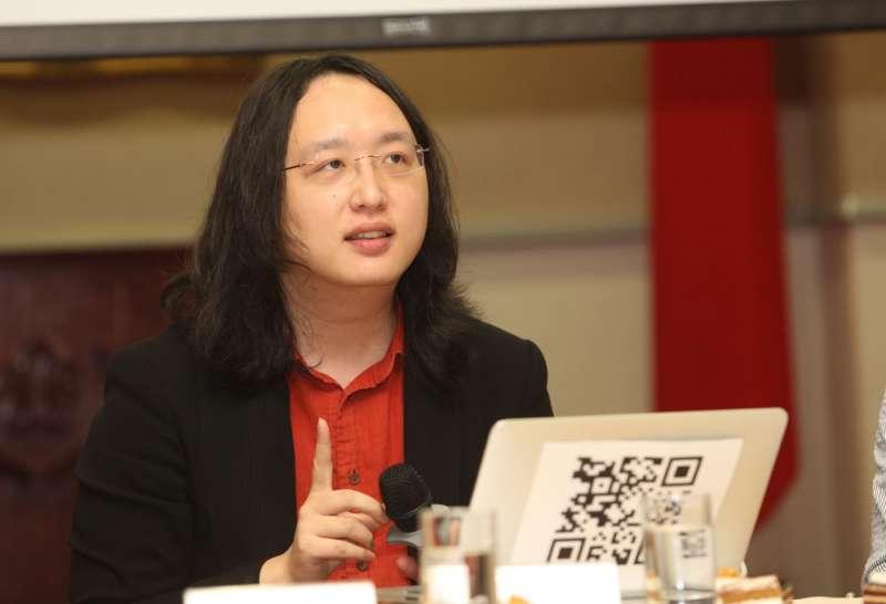 唐鳳認為,政府部會的「迷因工程」團隊是對抗假訊息的方法。(郭晉瑋攝)