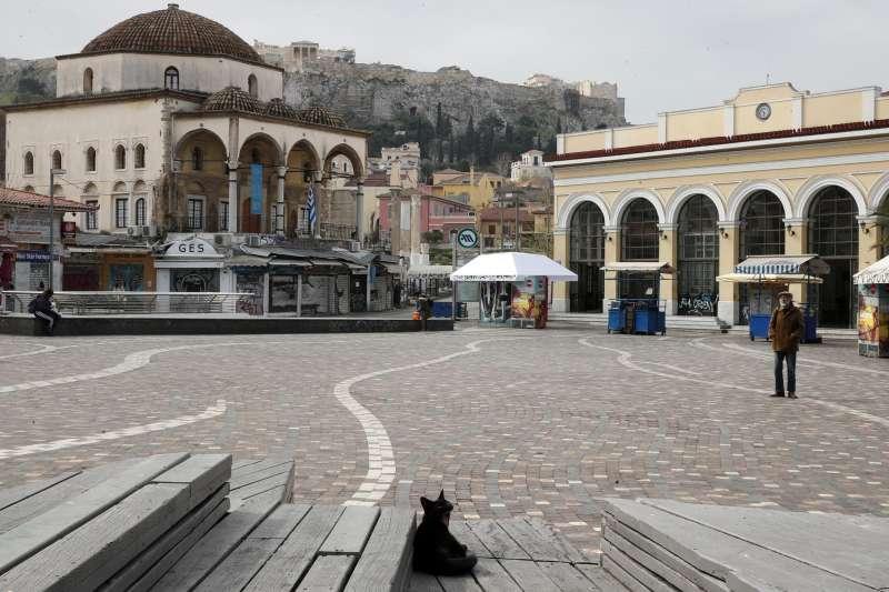 新冠肺炎:希臘政府下達全國封鎖令,雅典蒙納斯提拉奇廣場(Monastiraki Square)前幾乎無人行經。(AP)