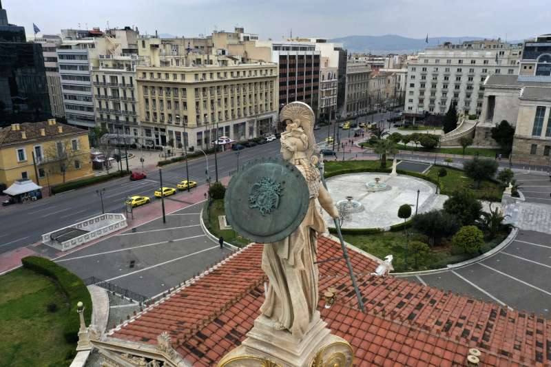 新冠肺炎:希臘政府下達全國封鎖令,雅典市中心的道路幾乎沒有車輛行經。(AP)