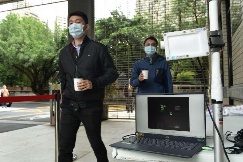 工研院「熱影像體溫異常偵測技術」具備「AI人工智慧辨識」,可直接鎖定人臉進行額溫偵測。(圖/工研院提供)