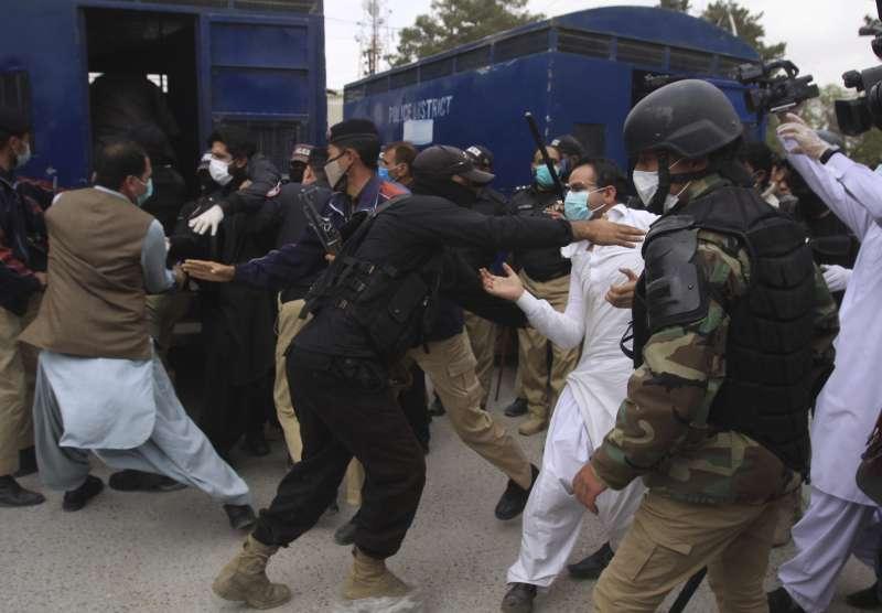 新冠肺炎疫情肆虐,巴基斯坦警方逮補抗議醫療物資短缺的醫師(AP)